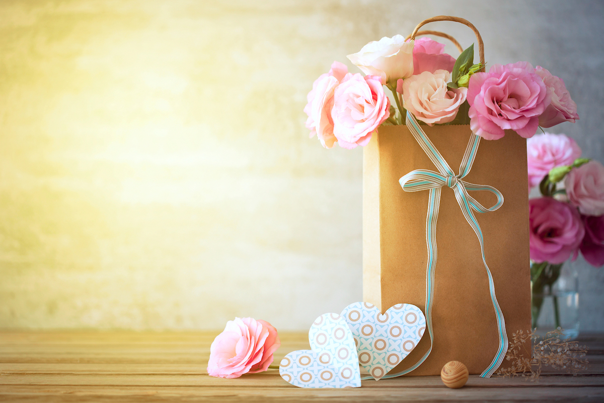 Simple Ways to Incorporate Flowers into the Gifts You Give